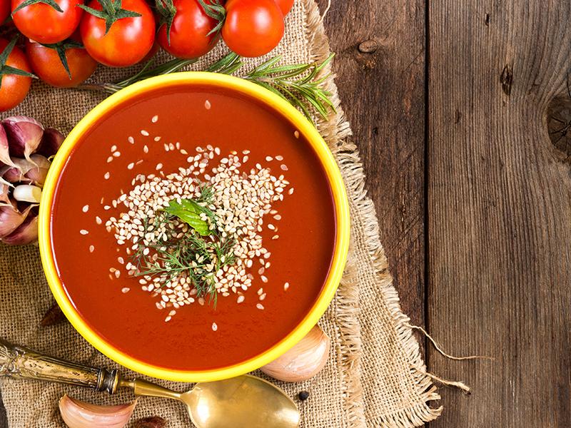 Sopa de tomate com tofu e sésamo